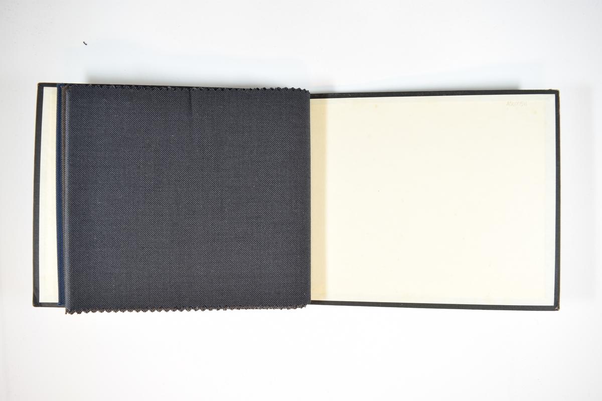 Prøvebok med 4 stoffprøver, har trolig vært 5 prøver i boken tidligere. Relativt tynne tofargede stoff. Stoffene ligger brettet dobbelt i boken slik at vranga dekkes. Stoffene er merket med en firkantet papirlapp, festet til stoffet med metallstifter, hvor nummer på påført for hånd.   Stoff nr.: 766/27, 766/28, 766/29, 766/30.