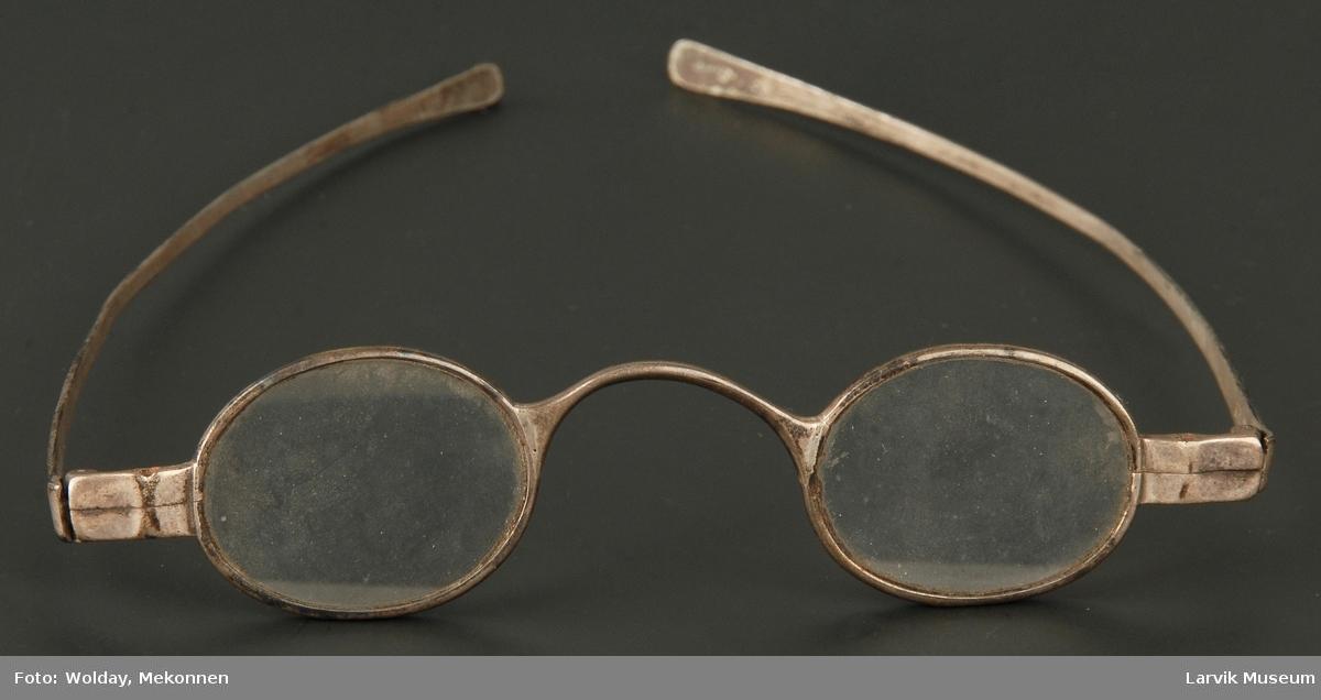Form: stålbriller med ovale glass