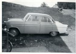 En Engelsk Ford Consul eller Zephyr står parkert utenfor en