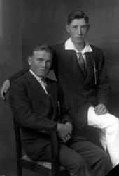 Ateljébild på två okända män ifrån Bullebro.