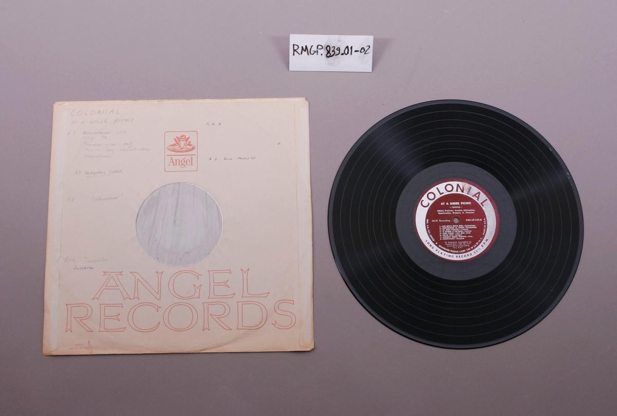 Grammofonplate i svart vinyl. Plata ligger i en uoriginal plast- og papirlomme.
