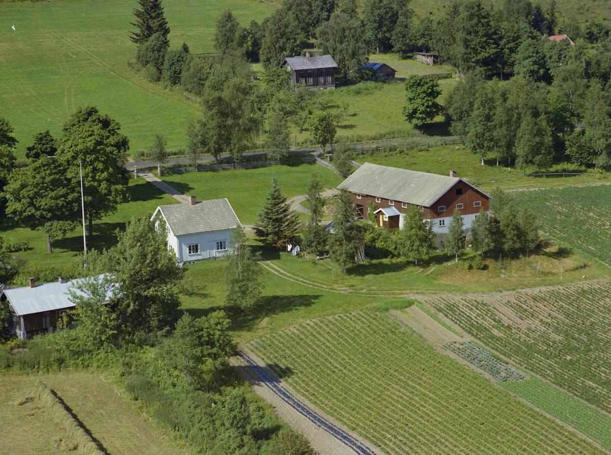 Gjøvik kommune, Biristrand. Sørenga eller Sørengen, også kalt Myhre pga eiers navn i flere generasjoner. I bakgrunnen ser vi Myrvang i Biristrandvegen 700.