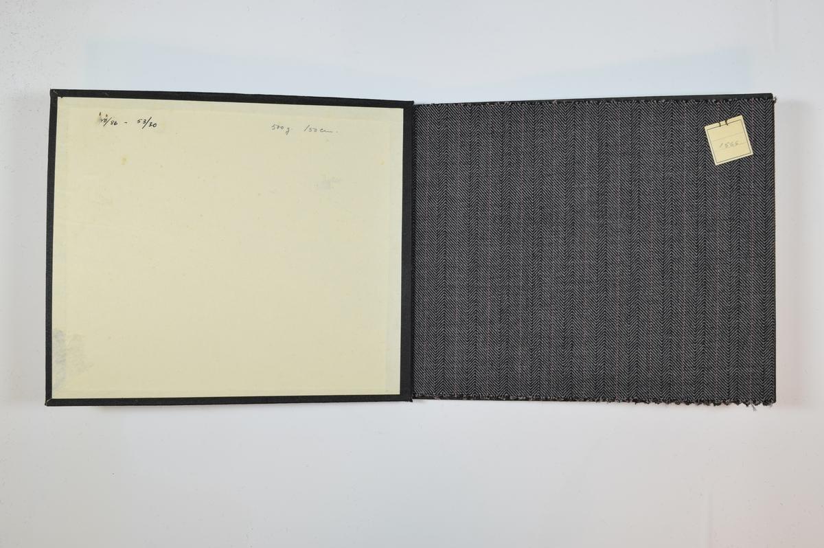 Rektangulær prøvebok med 3 stoffprøver. Relativt tynne stoff med striper og fiskebensmønster. Stoffene har likt vevmønster, men ulike bunnfarger. Stoffene ligger brettet dobbelt i boken slik at vranga dekkes.  Stoffene er merket med en firkantet papirlapp, festet til stoffet med metallstifter, hvor nummer er påført for hånd. Selv om mønsteret er likt, er det ingen skriftlige indikasjoner på at alle stoffene i boken har kvalitetsnummer 1566, det er allikevel trolig.   Stoff nr.: 1566, 0027, 0028 (kanskje 1566/27, 1566/28?)