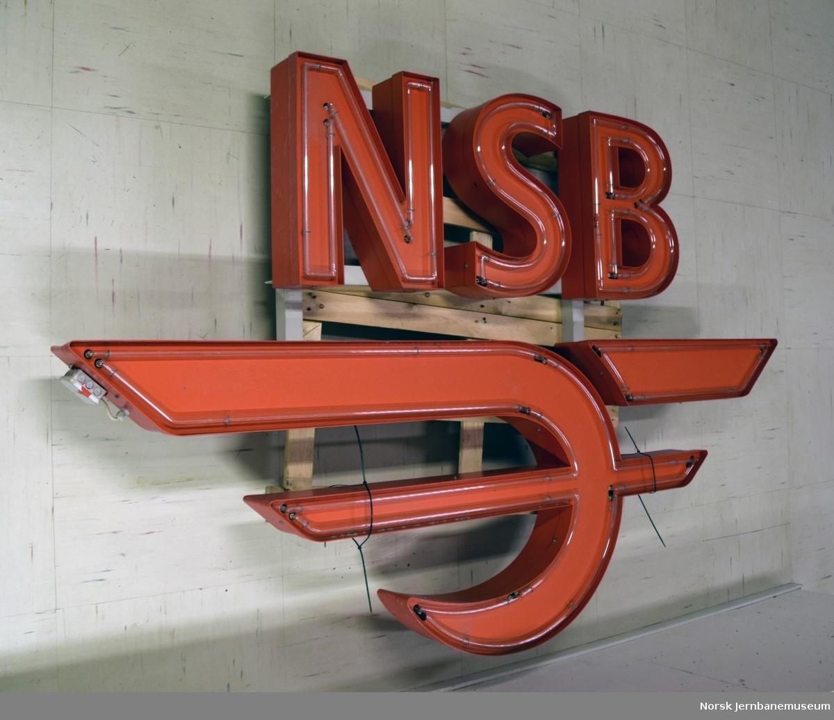 Lysskilt med NSBs 1979-logo