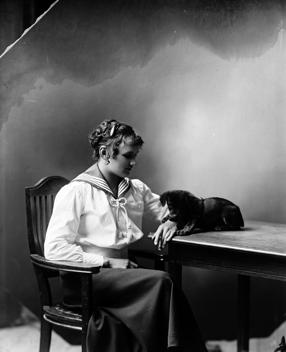 Frida Nordgren med hundvalp, Norra Köpmangatan 15. September 1917