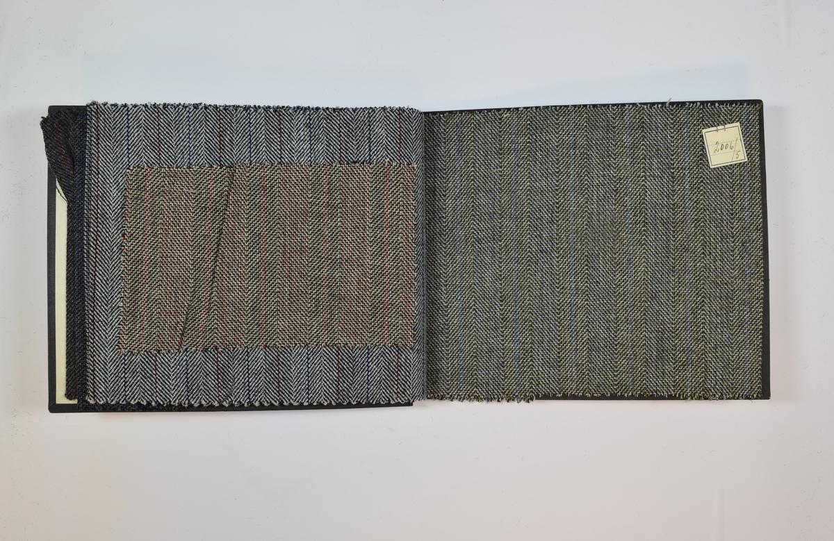 Rektangulær prøvebok med seks stoffprøver og harde permer. Permene er laget av hard kartong og er trukket med sort tynn tekstil. Boken inneholder middels tykke, tette stoff med fiskebensmønster og striper. Kyperbinding. Mønsteret for 2006/14 og 2006/9 er det samme, men en av trådene i mønsteret har ulik farge. De resterende fire prøvene i boken har samme mønster, men ulike fargekombinasjoner. Ett av stoffene (2009/6) ligger løst i boken og har et mindre format enn de andre prøvene. Stoffene er merket med en firkantet papirlapp, festet til stoffet med metallstifter, hvor nummer er påført for hånd.   Stoff nr.: 2006/14 (tidligere 6009/13 eller 2009/14), 2006/15 (tidligere 6009/14 eller 2009/15), 2006/4 (eller 2009/4), 2006/9 (eller 2009/9), 2009/6, 2006/5. Flere av numrene har blitt overskrevet/rettet. 6009-numrene på de to første prøvene har blitt støket over.