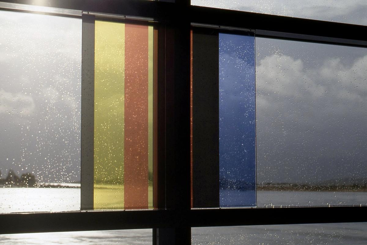 Verket omfatter totalt 30 like store transparente fargefelter montert på skinner i glassvegg. 10 av feltene er i sort/hvitt, og 20 av feltene i fargerike stripemønster, og utført som silketrykk på klart glass. Arbeidet inngår i en utsmykking som totalt omfatter tre arbeider.