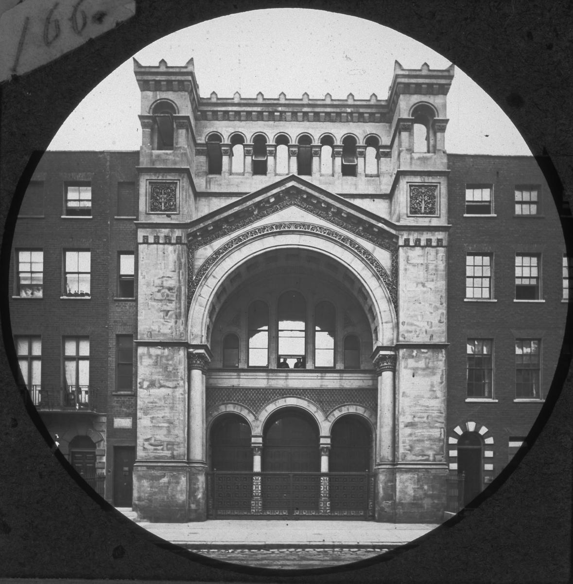 """""""Scioptikoniska Bilderna Förevisas af Oscar, Wilhelm, August Mullin"""". Skioptikonföreläsningserie. """"353 The Jewsl Synagogue, Upper Berkeley-street""""."""