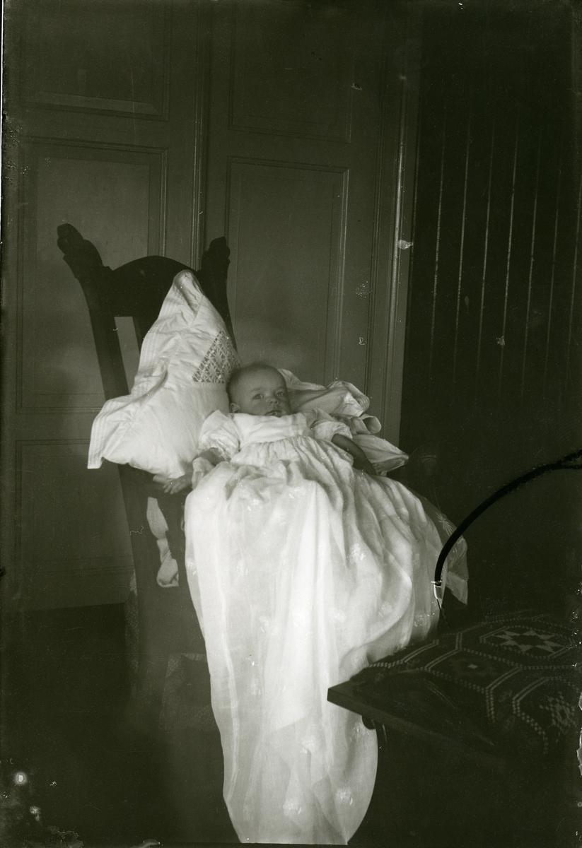 Barn i dåpskjole, truleg Hølera, ca 1915.