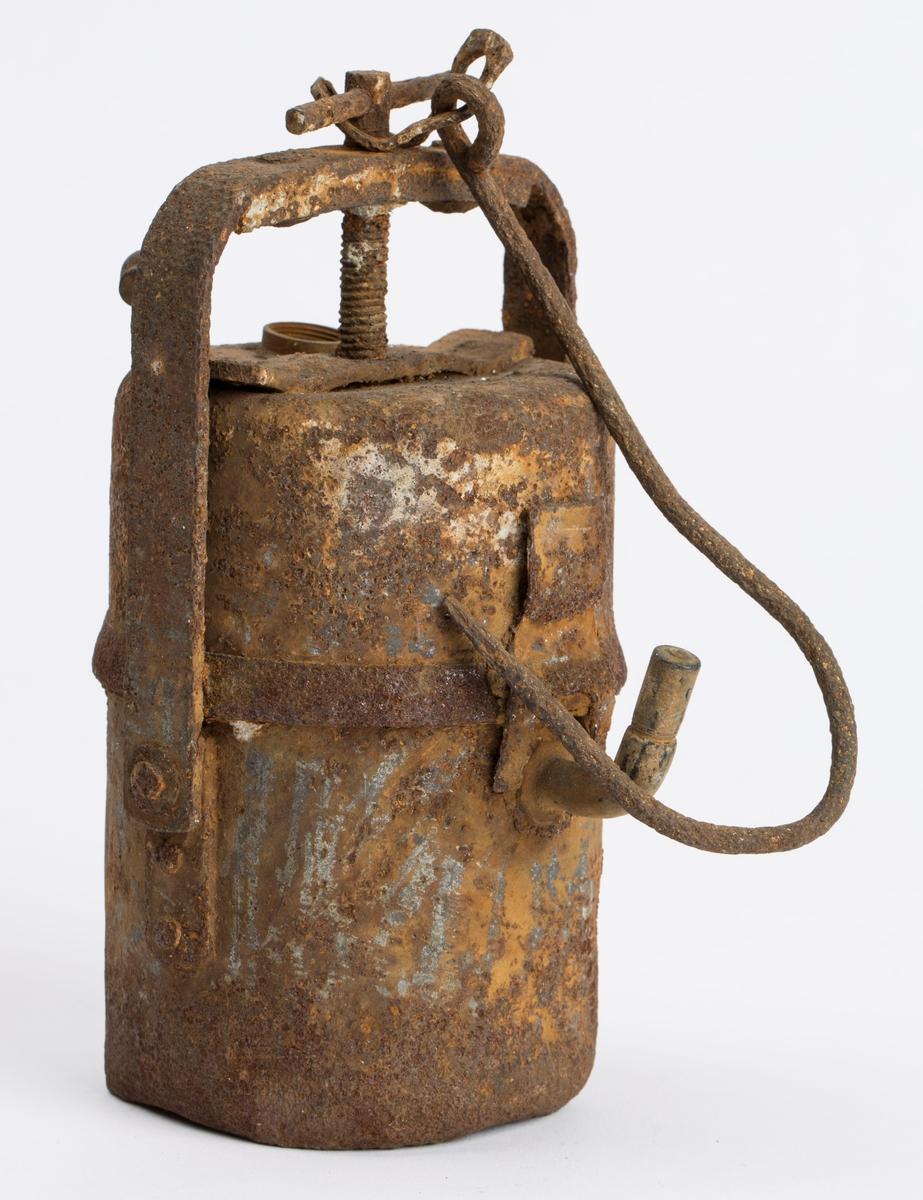 Svært rusten karbidlampe med krok for oppheng. Mangler lokk for vanntanken.