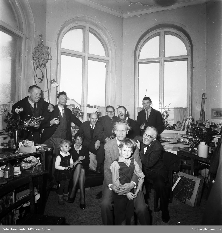 Konstnären Sixten Wahlgren, fotografering på hans 60-årsdag. Gruppbild från tornrummet på W6 med flera andra konstnärer, bland andra Gustaf Walles, Rolf Lidberg, Sune Blomqvist, Lennart och Ulla Wennersten med barnen Gusten och Lisa.
