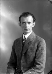 Ateljébild på en man i blazer. Beställare till bilden: Alber