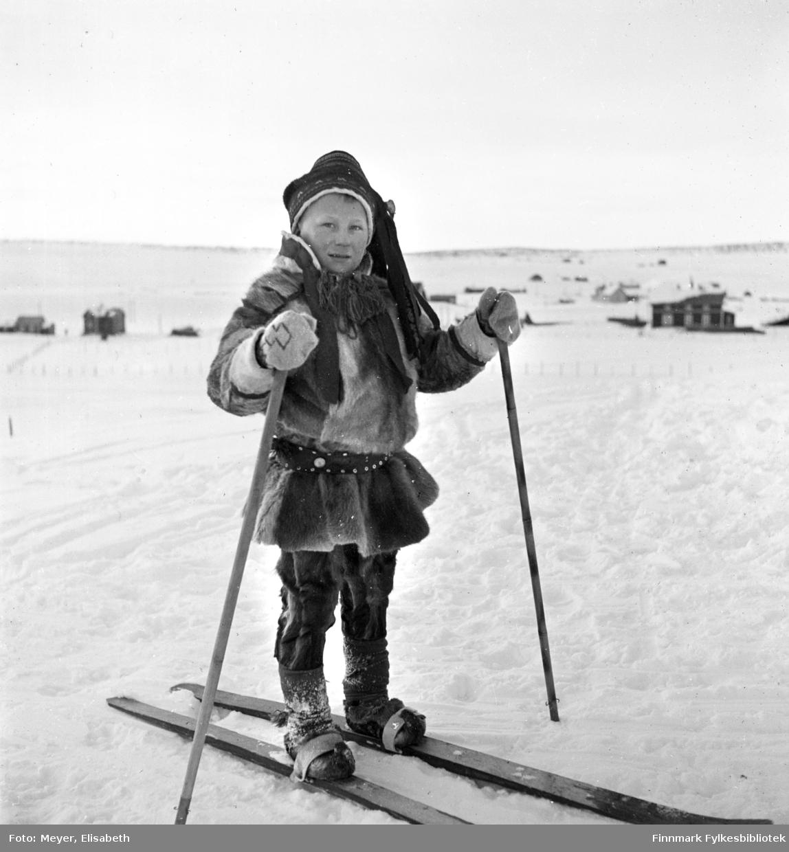 Nils Mathis Mathisen Hætta på ski, Karasjok ved påsketider 1940.