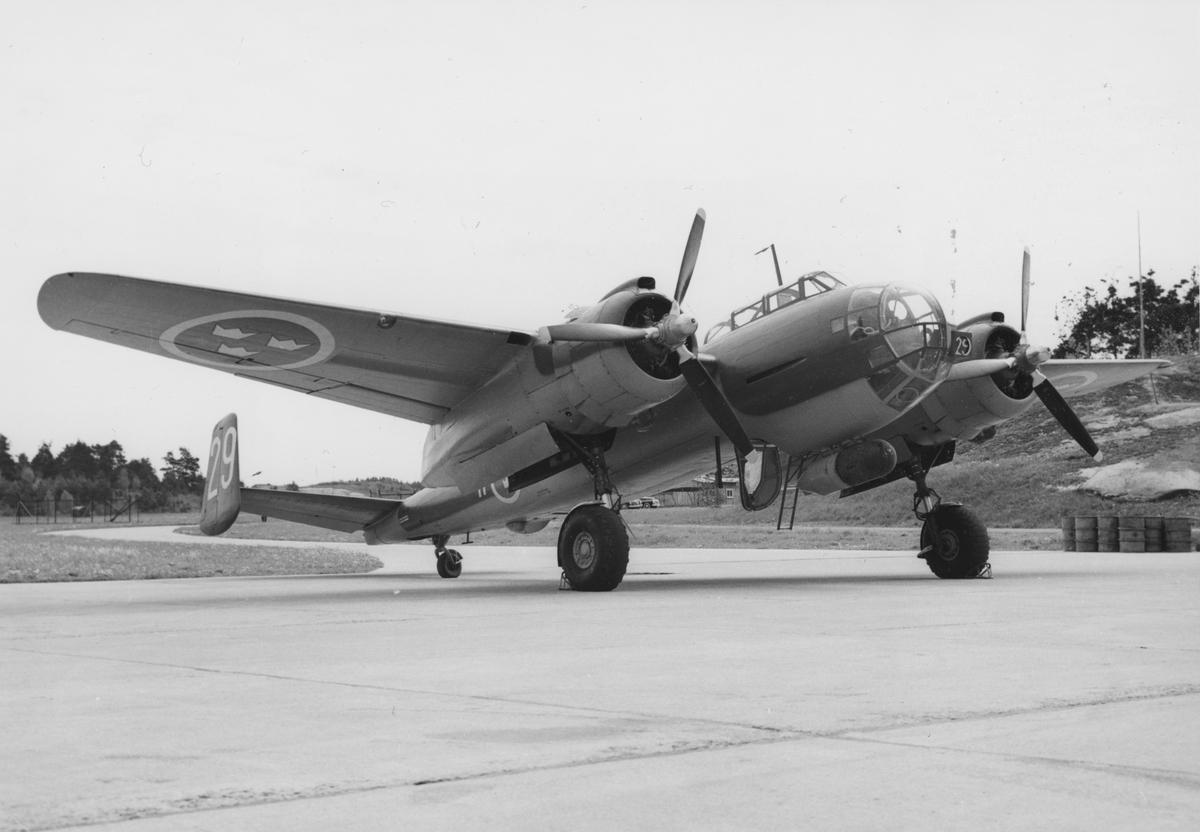 Flygplan S 18 märkt nummer 29 tillhörande F 11 Skavsta står på ett flygfält.