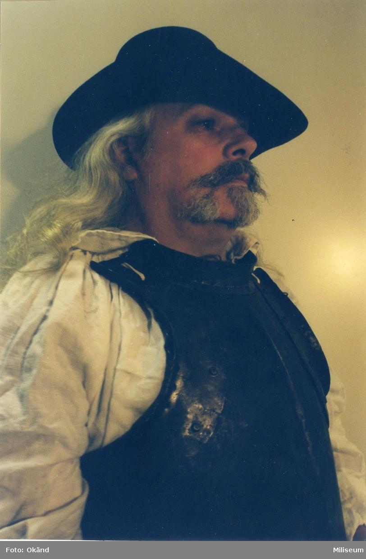Petterzon, Tommy. I 1600-tals kläder.