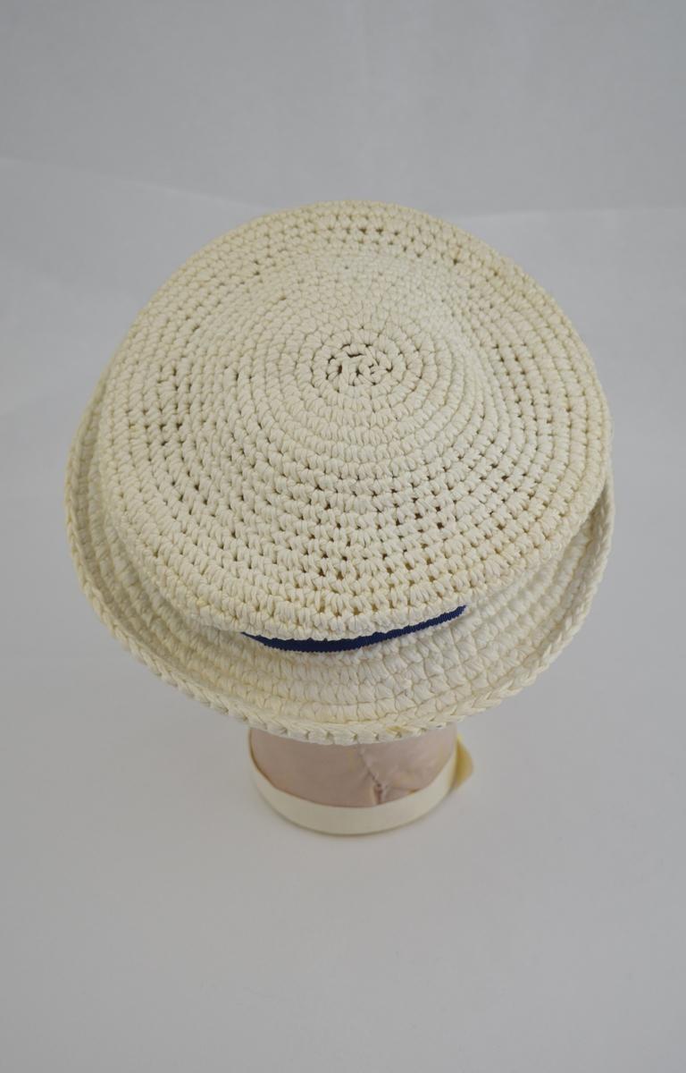 Rund hatt med brem rundt hele. Heklet. Blått sløyfebånd.