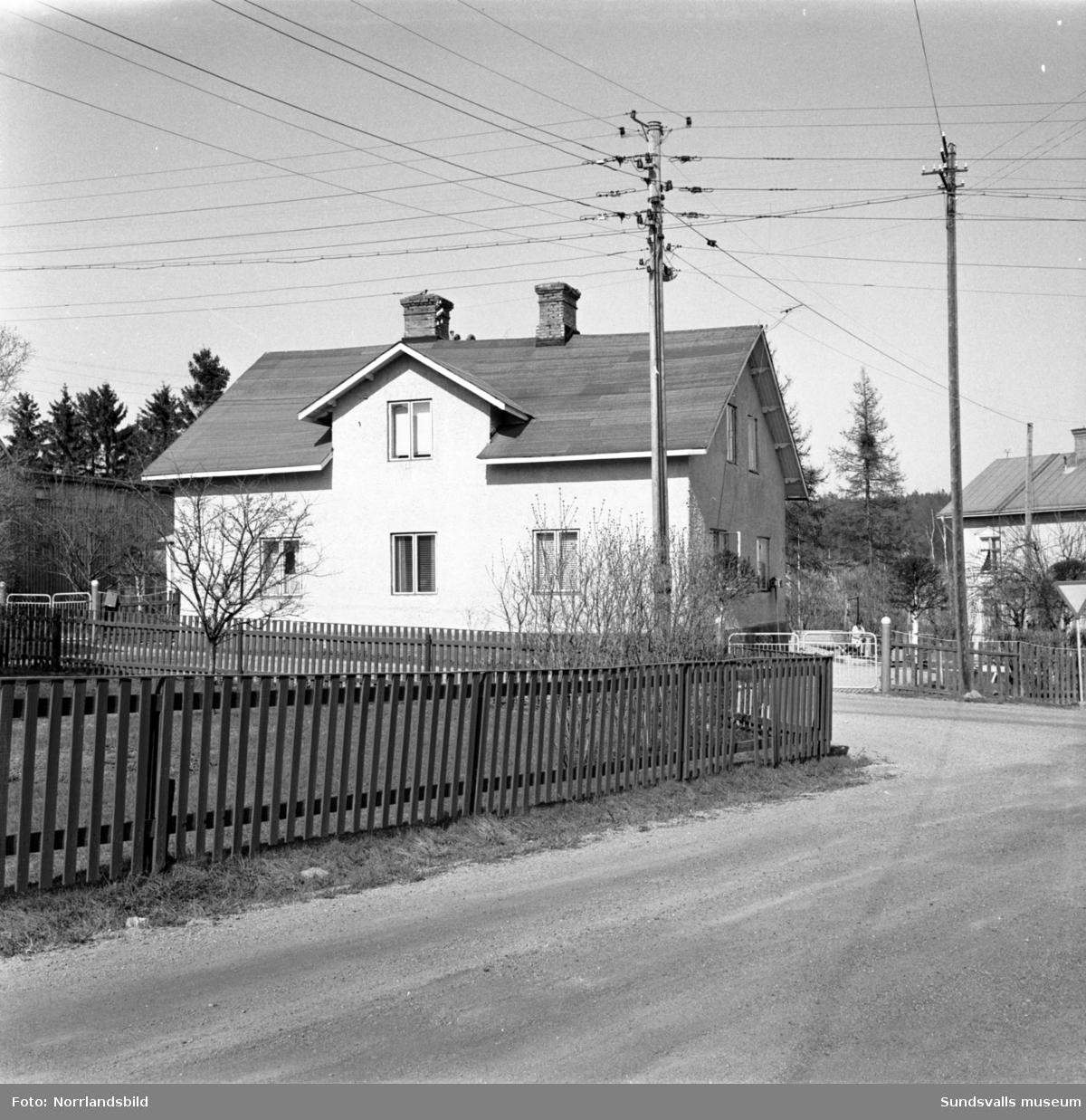 Bostadshus vid Krönvägen 8 i västra Skönsberg som revs i samband med saneringen inför byggete av bostadsområdet vid Riddargatan. Tomten låg i korsningen med Lotsgatan.