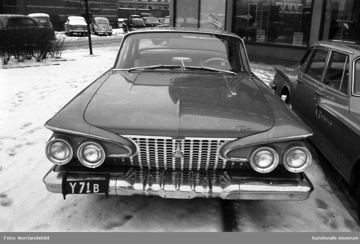 Saab ANA visar nya bilmodeller utanför billhallen på Köpmangatan 1.