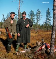 To elgjegere ved en nyskutt elg på ei myr i Slemdalen i Nord