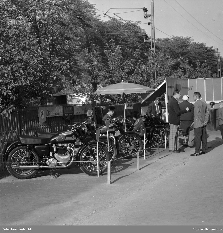 Ariel motorcyklar visas vid Sundsvallsutställningen 1954.