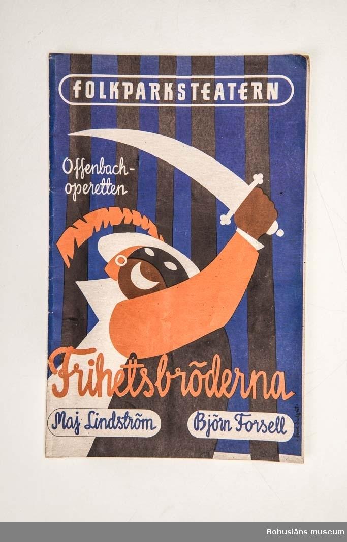 """Tryckt teaterprogram, Folkparksteatern """"Frihetsbröderna"""". Flerfärgat omslag och inlaga 20 sidor sv/v med presentation av föreställningen och den aktuella uppsättningen med dess medverkande, med fotografier. Annonser. Tillverkare: Tryckeri AB Småland i Jönköping."""