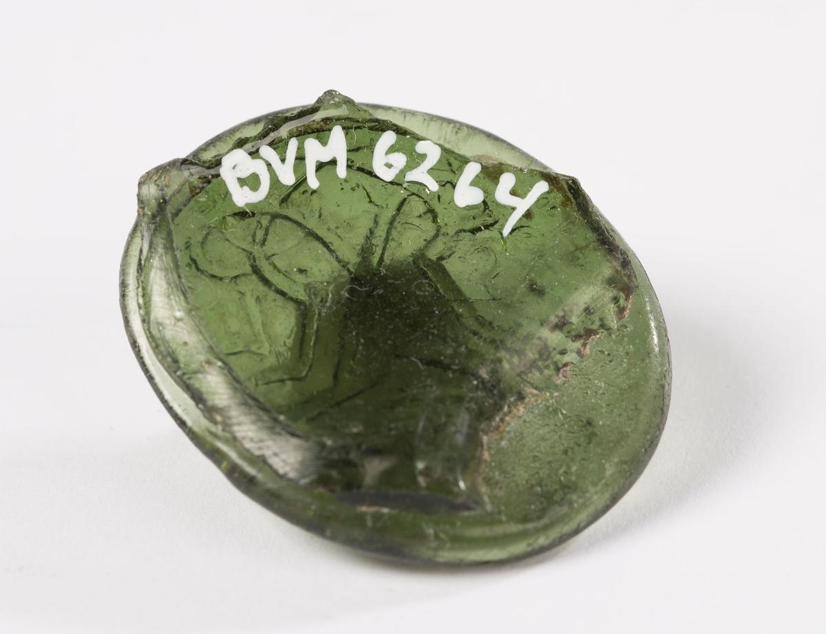 Ovalt glassegl, med spor av flasken på baksiden. Øverst på seglet en krone. Under dette Fredrik 5. monogram. F5 speilvendt og flettet. På venstre side av monogrammet tallet 17 og på høyre side tallet 58.