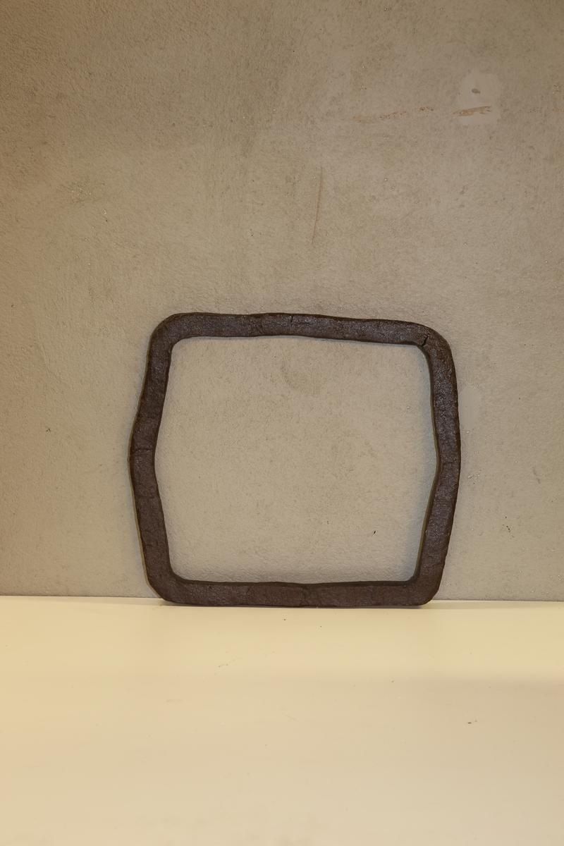 Seks kantet form med buede hjørner.Trolig brukt som redskap for å klemme støpeformene sammen. Klemringene har varierende form. Klemringene ble laget i forskjellige former alt fra avlange, tilnærmet kvadratisk/ rektangulær eller mer sirkellignende. Varierende tykkelse på godset på ca. pluss/ minus 2 cm.