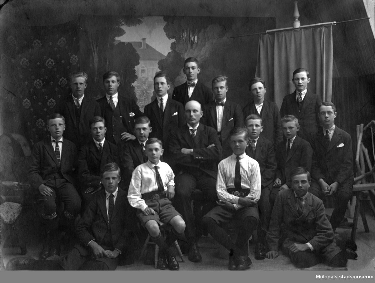 Klassfoto från Kvanbyskolan, troligtvis i mitten av 1920-talet. Birger står längst upp i mitten. Harald står 2.a från vänster på andra raden.