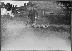 Jeger med gevær og skutt hjort, Melandsjø, Hitra