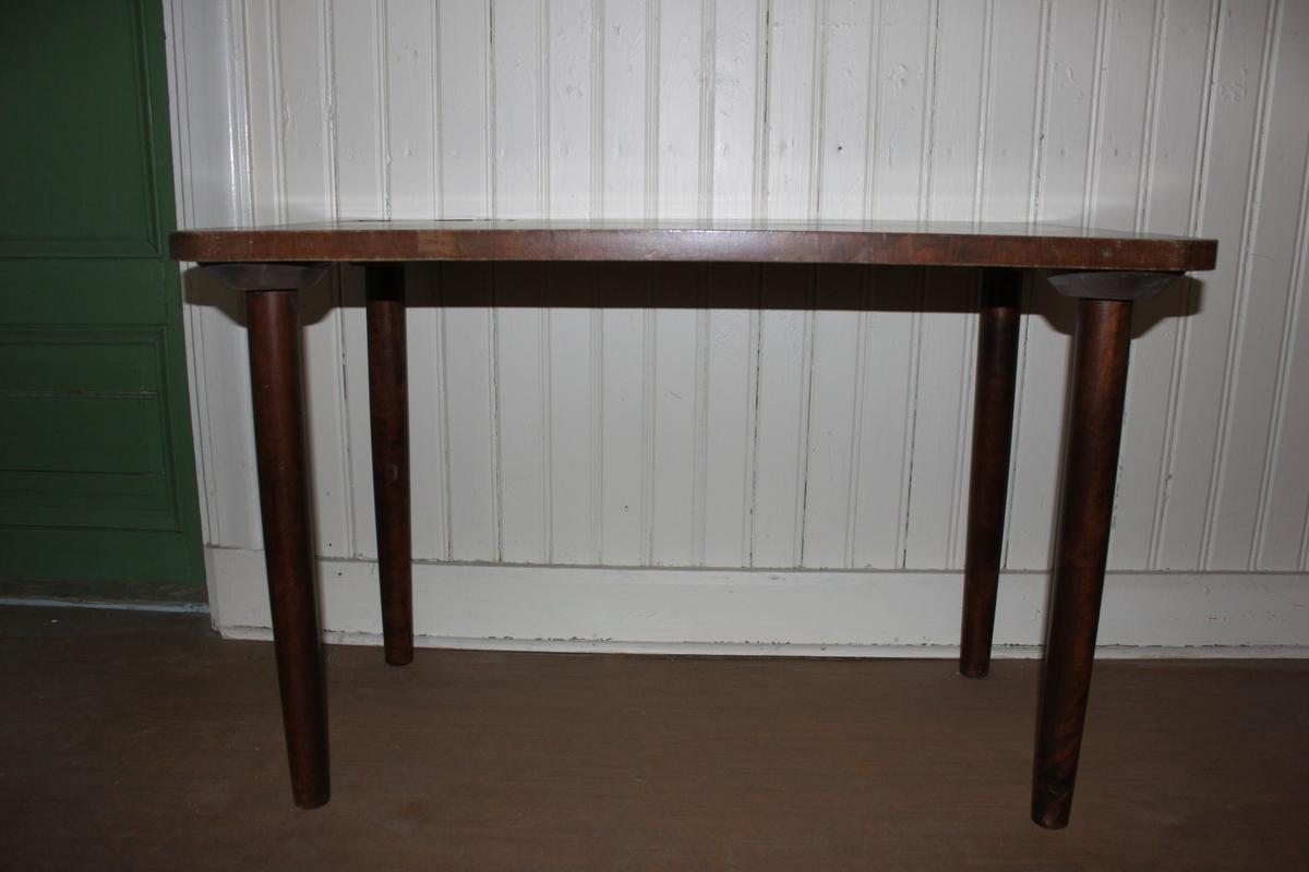 Fyrkantigt avlastningsbord med brun faner. Fyra ben.