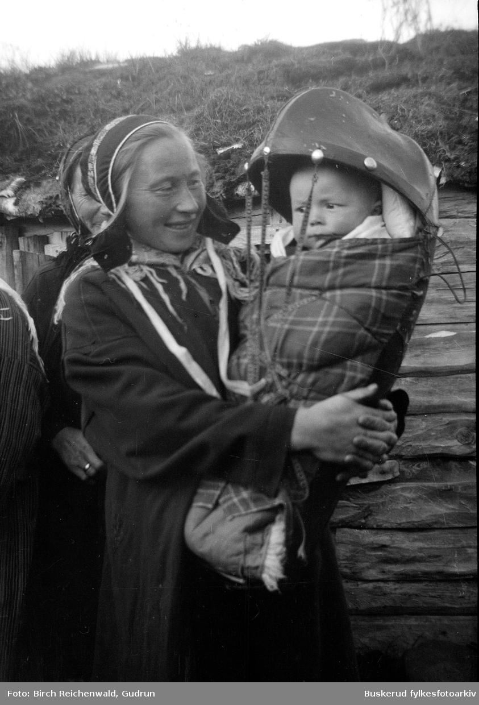 Mor og barn i møte med den norske befokningen