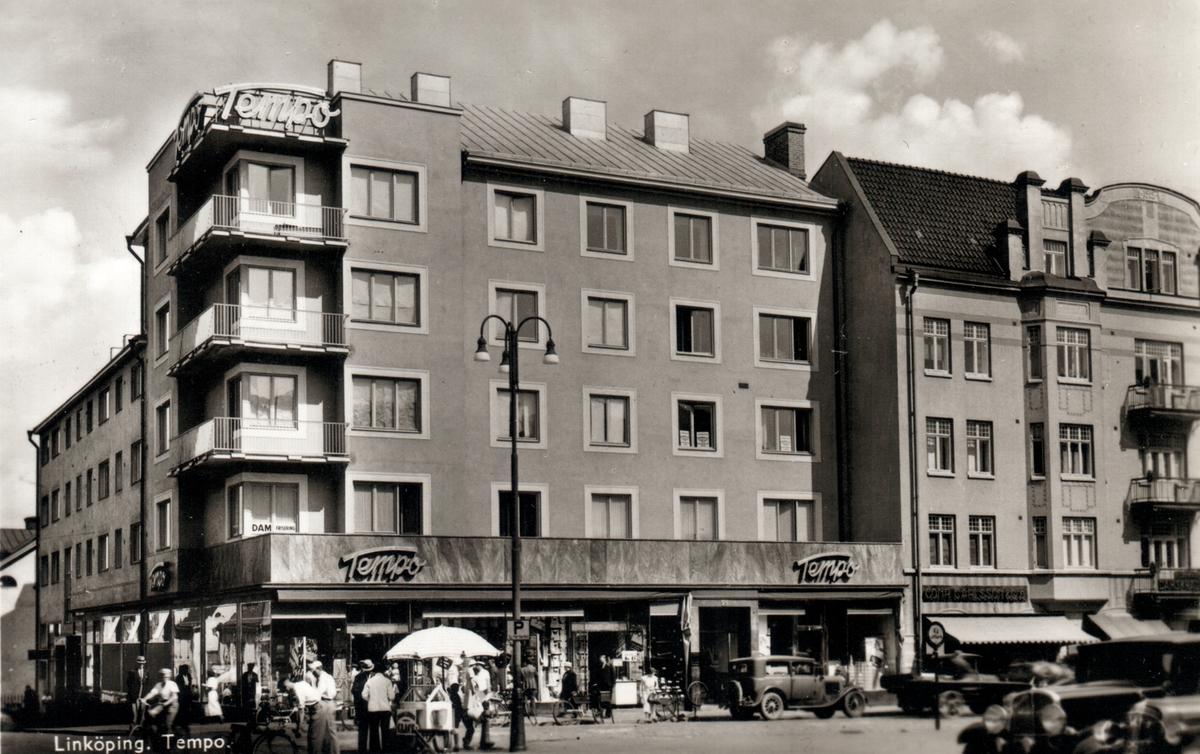 Korsningen Nygatan/S:t Larsgatan vi Trädgårdstorget med varuhuset Tempo, invigdes 1935.Monterad på ett albumblad.