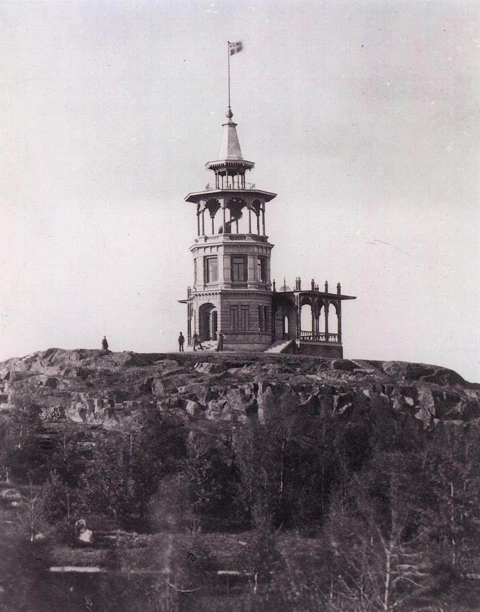 Belvederen.Belvederen uppfördes 1880 efter ritningar av Rudolf Ström. Han ritade förutom Belvederen även Trädgårdsföreningens restaurangbyggnad samt gymnastikbyggnaden vid domkyrkan. Belvederen genomgick en omfattande förändring 1921 efter Axel Brunskogs ritningar.Linköpings Trädgårdsförening, anlades 1859 av ett bolag på ett av Serafimerordensgillet arrenderat område. Den välskötta anläggningen utvidgades 1871 och är upplåten för allmänheten mot det att staden till bolaget årligen erlägger ett belopp av 300 rdr.