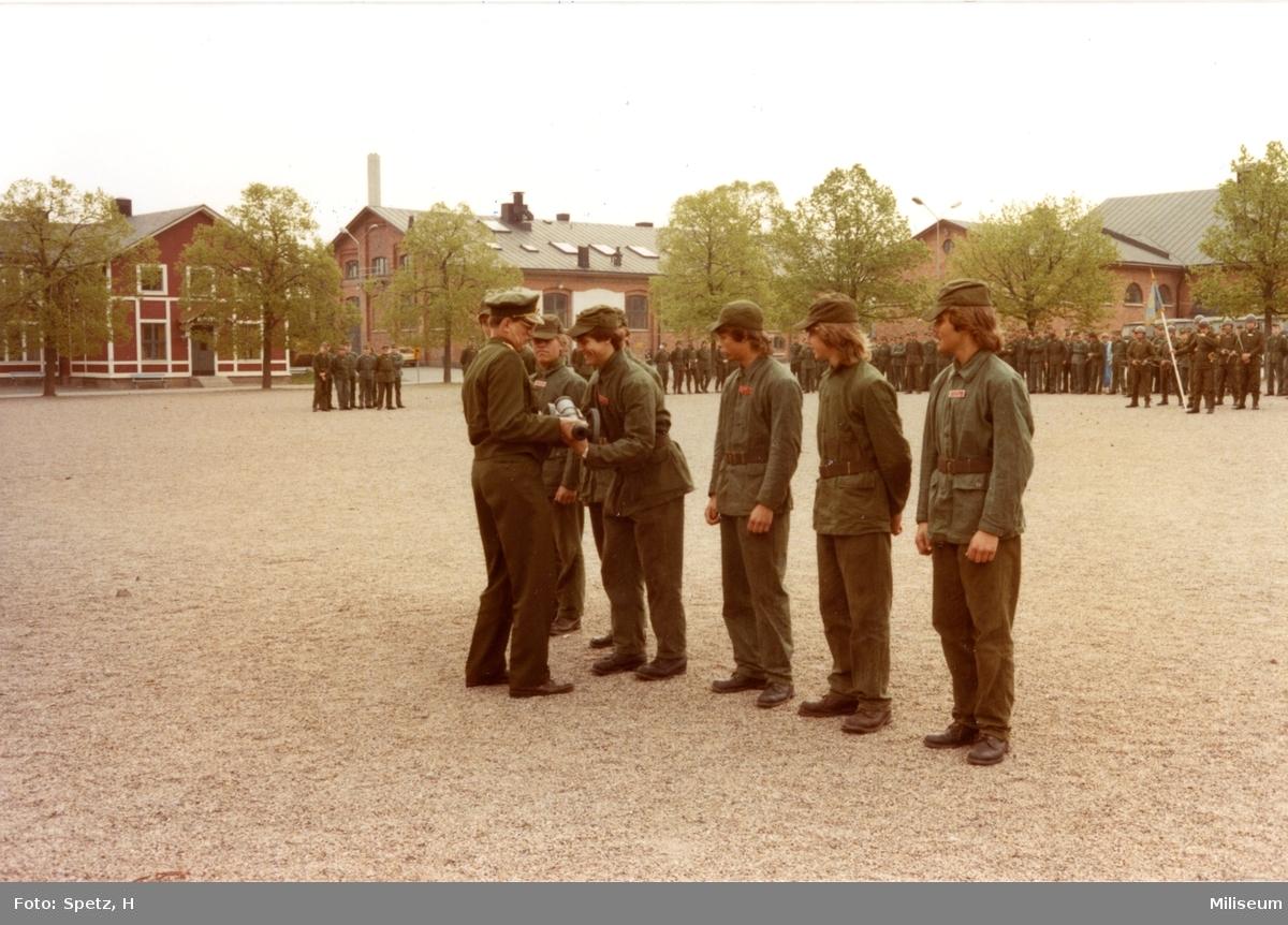 Prisutdelning, A 6. Överste Lars Carlson. Vpl. 6 komp.