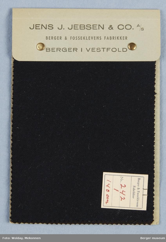 Prøvehefte med 2 prøver. Vadmel Kvalitet 242. Brukt som uniformstoff av hjemmestyrkene på Berger under 2.verdenskrig. Ensfarget