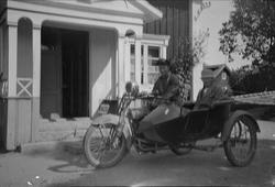 Motorcykel med John Alinder i sidovagnen, Sävasta, Altuna so