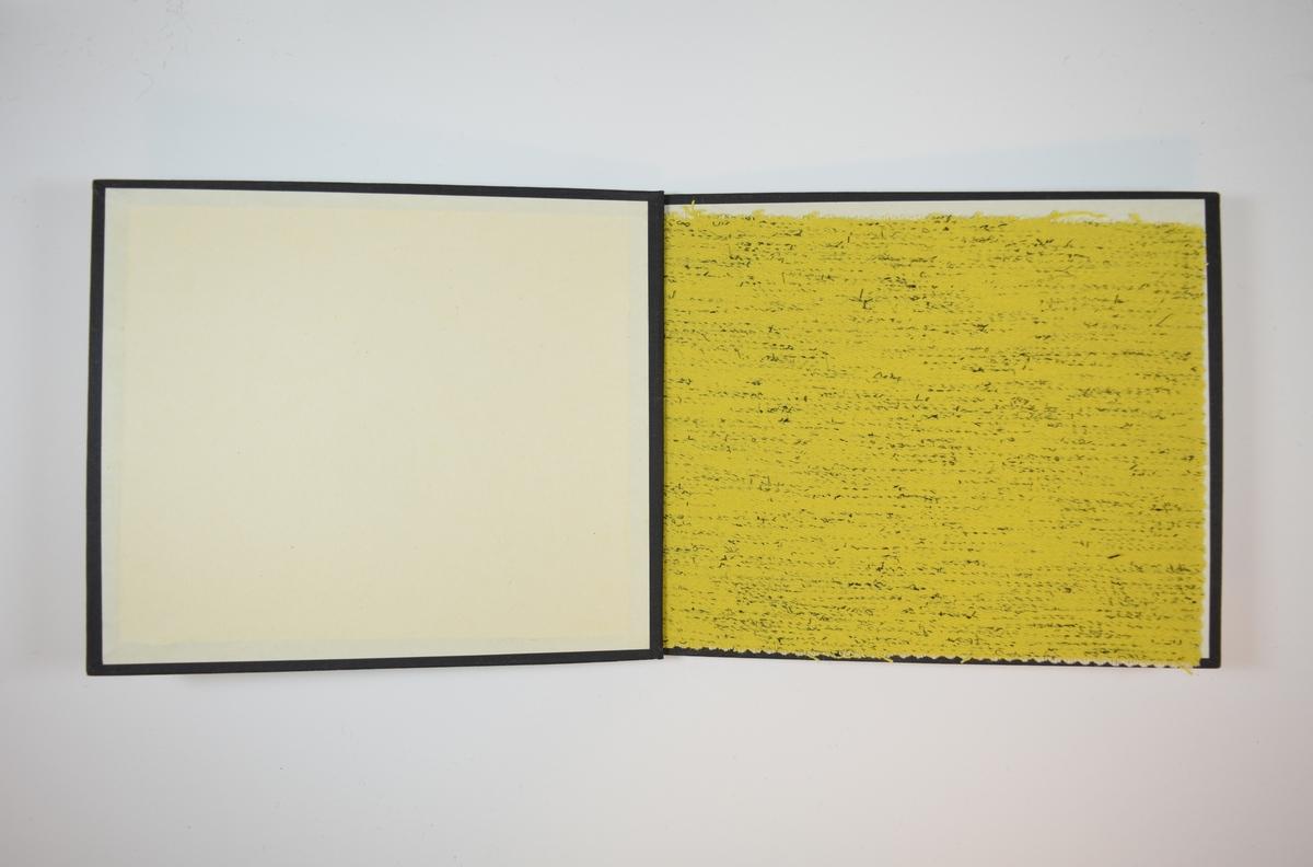 Rektangulær prøvebok med harde permer og én stoffprøve. Permene er laget av hard kartong og er trukket med sort tynn tekstil. Boken inneholder et middels tykt, nokså stivt gult stoff med spredte sorte fibre. Kyperbinding/diagonalvevd. Verken stoffet eller boken er merket med nummer, slik de fleste andre prøvebøker er.    Ukjent/uten stoffnummer.