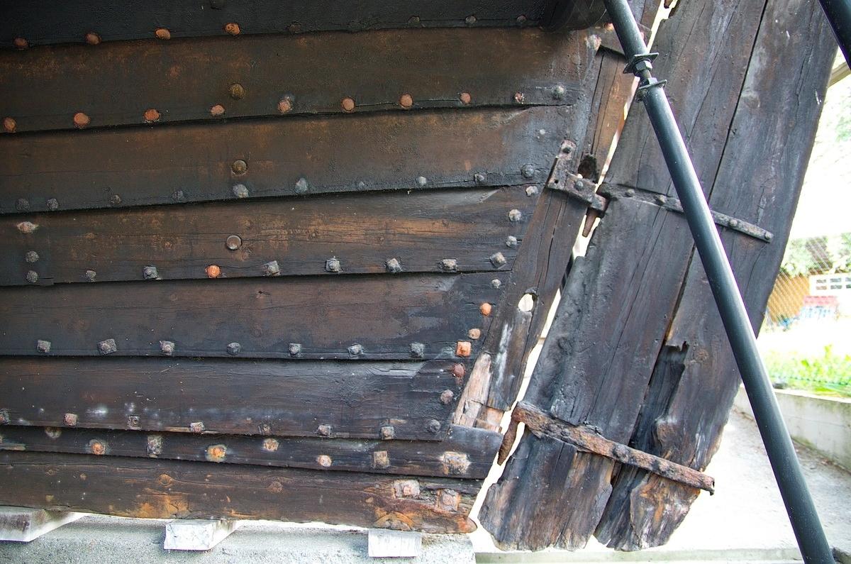 """Open, klinkbygd jekt med akterspegl og høg stamn. Bygd av furu henta ut frå lokal skog. Bordinga (huda) er av 2"""" bord frå 6"""" til 10"""" breide, og var samanklinka med heimesmidd jarnsaum med 7-8"""" mellomrom, ca. 4500 stk i alt.  Opphaveleg mast med råsegl, men mast og segl er no borte.  Mesteparten av jekta er eit stort, ope lasterom med lasteevne på 120-150 famner ved.  Forut er det eit dekk kalla """"pletten"""" der mannskapet handterte anker, segl og fortøying.  Veng akterut med senger og bord. Opphaveleg var det også kokeomn i vengen. På vengdekket vart jekta manøvrert; her stod ein og styrte og heiste segl.  Akterspelet er eit spakespel.  Ombord i jekta er fylgjande utstyr: lettbåt, varpanker, ankerspel, riggbeslag som er fest på fartøyet (røsjarn med jomfruer), skjærstokkar, innreiing i vengen, pumpe, ror. I nyare tid fekk museet spelet (krøppelspelet) som var brukt på jekta. Spelet er utstilt i utstillingshallen på museet."""