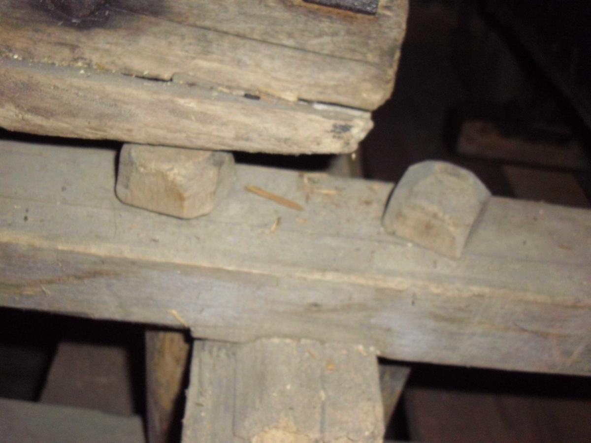 Form: Ustengte meier med skåret bøy. 4 fjetterføtter på hver meie med stallband av bjørk. Bøyen på meien har utv. jernbeslag med king og ring til drag