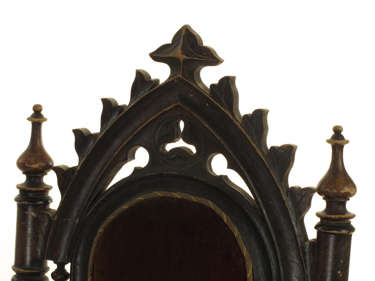 Barokk hovedform med høy rett rygg med balusterdreide sidestaver. Buet, nygotisk toppstykke. Balusterdreide forben, nyrokokko sarg. Høyt, stoppet sete med fjører, trukket i sete og rygg med rødbrun plysj, langs kanten en gul og lysbrun agraman.