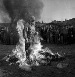 Demonstration av brandskyddsmedel i hamnen. En man täcks med
