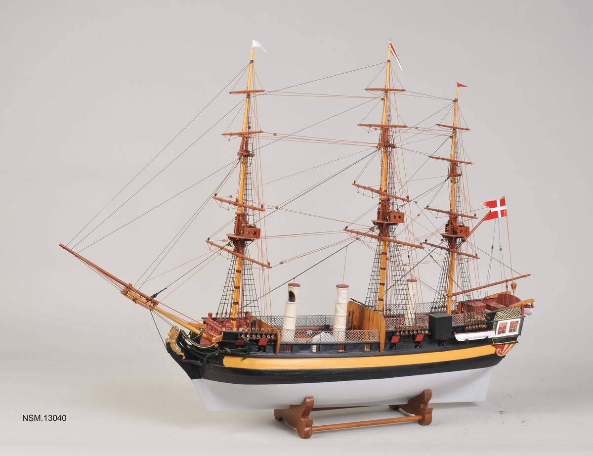 Modell av seilskipet Fredensborg, tre master, baugspryd og et dansk flagg. (Foto/Photo)