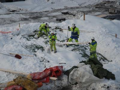Snøvær kan by på utfordringer i vintersesongen. Vinterkledde arkeologer graver frem båtdeler under dyp snø. (Foto/Photo)