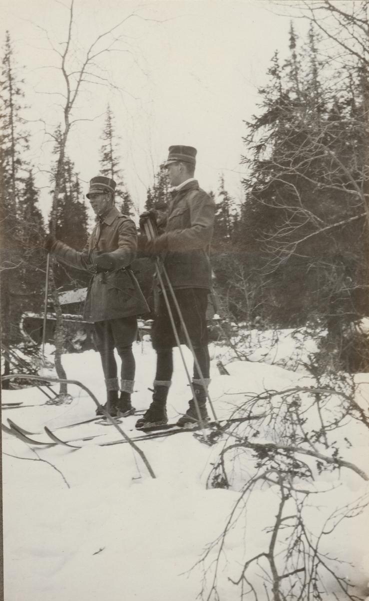 Löjtnant Festin Livregementets grenadjärer I 3 och löjtnant de Maré Dalregementet I 13 deltar i vinterövning vid stridsvagnskursen vid Göta livgardes stridsvagnsbataljon.