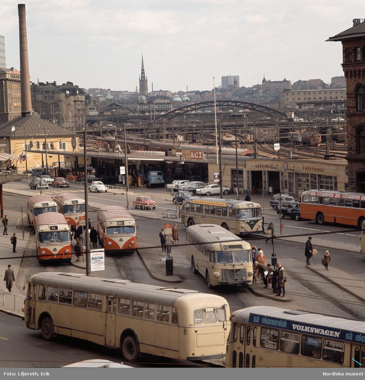 Människor och bussar vid Norra Bantorget, Stockholm.