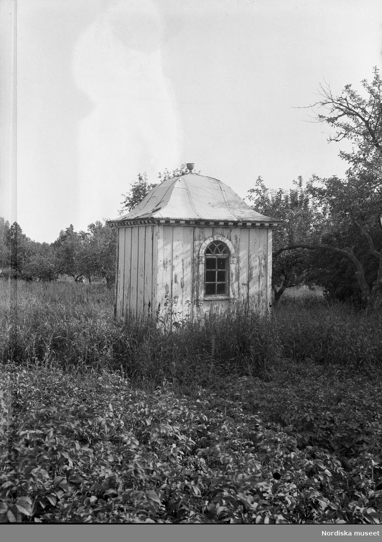 """""""Södermanland. Svartlösa hd.Huddinge sn. Fullersta. Paviljongen i trädgården, nr 5. Foto från norr. Pendenten tjänstgör som pumphus."""""""