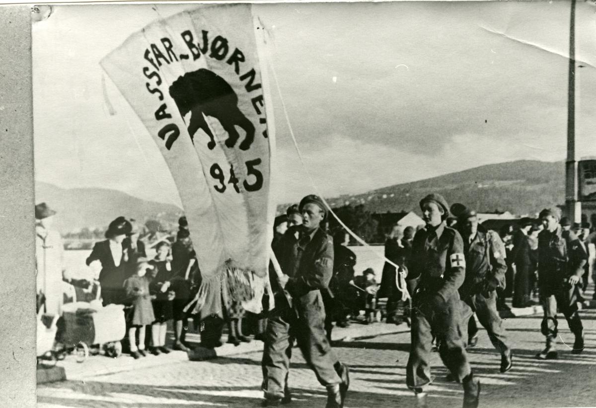 """Hjemmefronten, """" Vassfarbjørn """", defilerer mai 1945."""
