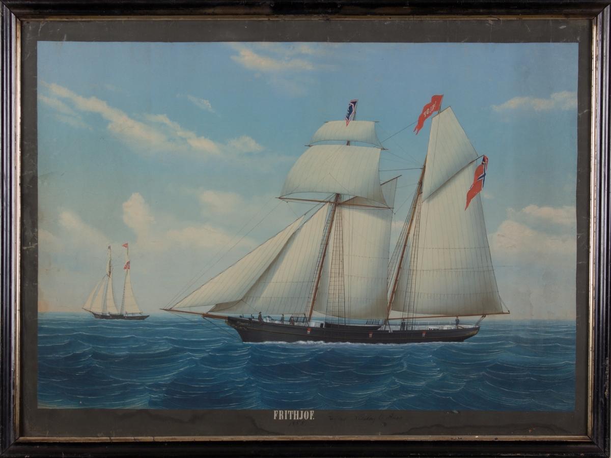 Skonnerten FRITHJOF med full seilføring på åpent hav. Skipet har norsk flagg med unionsmerke og vimpel med skipets navn i bakre mast. I fremre mast flagg med skipets kjenningstegn.