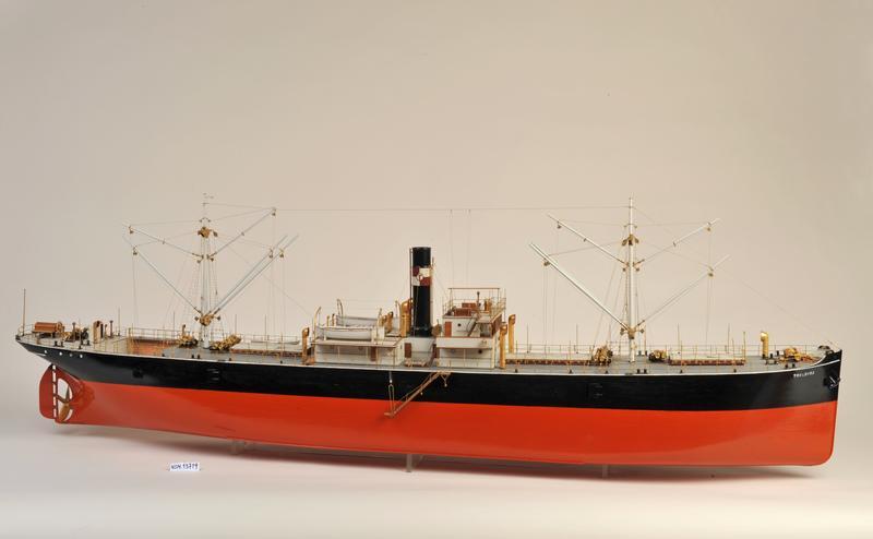 Skipsmodell av dampskipet D/S 'Troldfos', svart og rødt skrog, en skorsten.