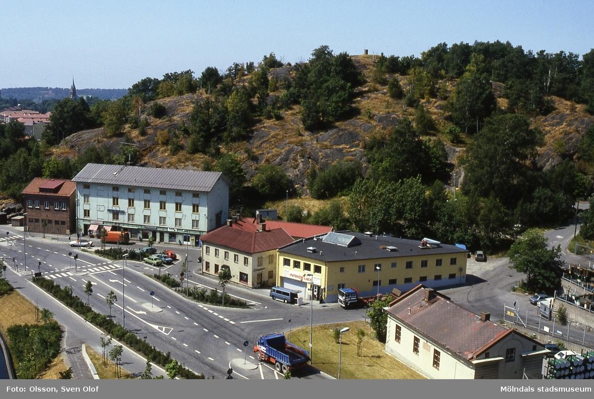Byggnader vid Gamla Torget i Mölndal, år 1986. Från vänster ses Kvarnbygatan 41, gamla brandstationen, nr 43, gamla stadshuset, nr 45 samt längst till höger nr 49, Götiska Förbundets friskola. I bakgrunden ses Störtfjället.